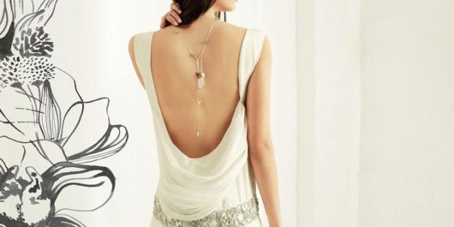 Luce un collar en la espalda y marca tendencia